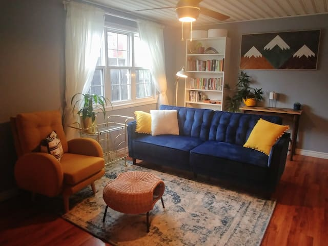 Bright & Cozy Downtown Home near Signal Hill- New!