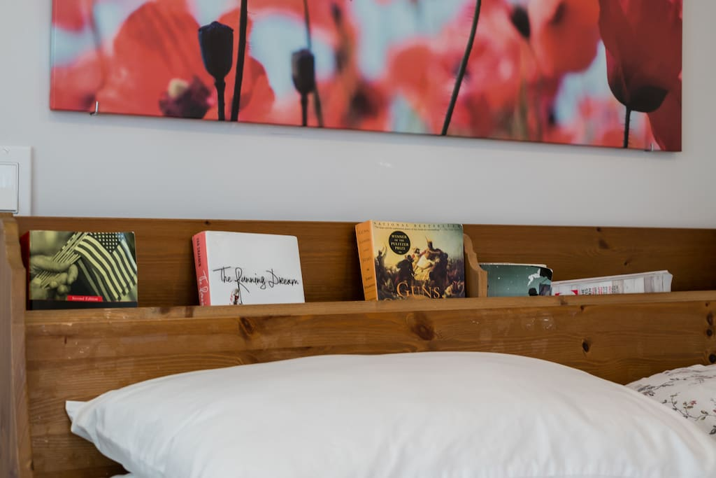 Conveniently located on the headboard, the small book shelves make your night reading more enjoyable.
