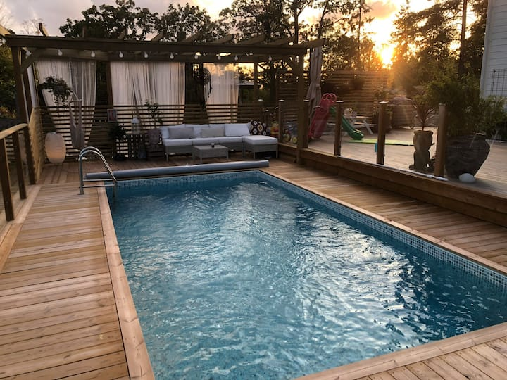 Hus med pool i idyllisk skärgårdmiljö