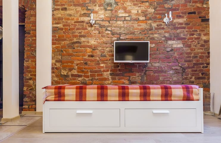 Кушетка трансформируется в двуспальную кровать | The couch transforms into a queen size (160 cm) bed