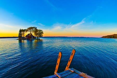 1000 Islands Riverfront Waterfront Cottage ~COZY