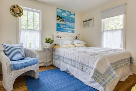 Blue Bedroom upstairs guest house - Warwick