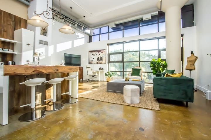 ★☆★☆Unique Sun-Filled Downtown Loft + Parking☆★☆★