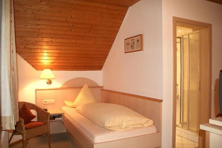 Hotel Gasthaus Hirschen, (Todtnau), Einzelzimmer, 14qm, Dusche/WC, teilweise mit Balkon