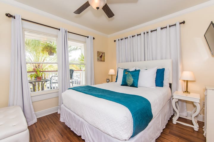 "The ""Palm South"" - A Romantic Hideaway w/ porch space and Jacuzzi spa tub for TWO.  Best location in the Historic District."