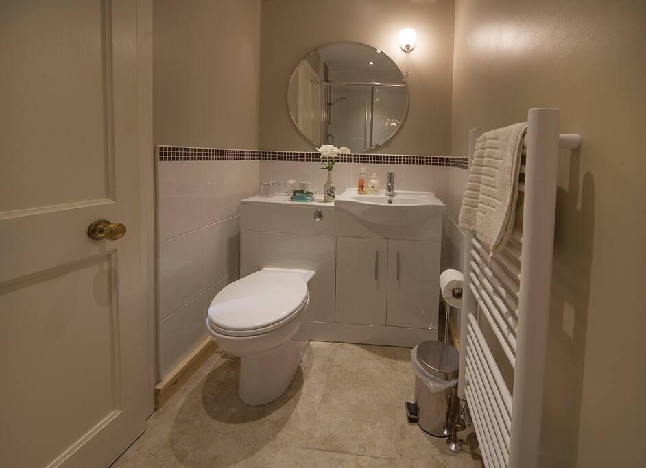 Fresh and modern en-suite shower