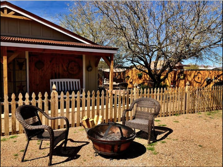 DesertTiny Bunkhouse, hiking,Hiwifi, horses/ view!