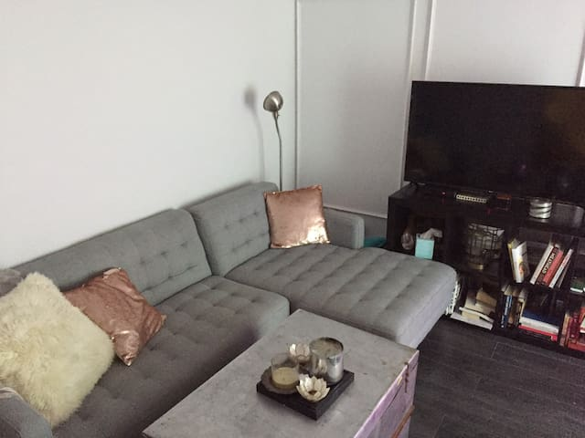 Room in trendy Marda Loop- steps from 17th Ave