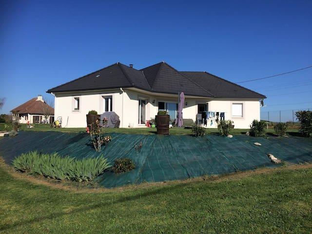 Paisible Maison familiale dans un cadre agréable - Venarsal - Casa
