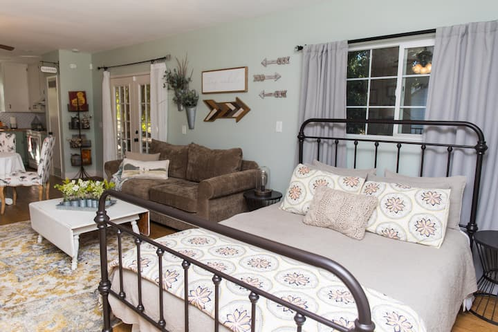 Charming Orchard Cottage...now allowing pets!!