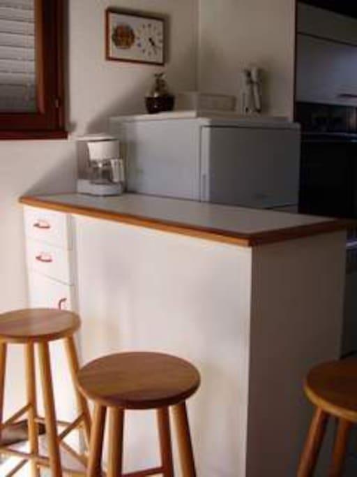 Bar de séparation entre le coin cuisine et la pièce à vivre