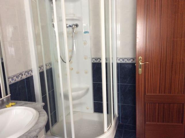 Habitación privada , con baño , - Puerto de Vega - Casa en un árbol