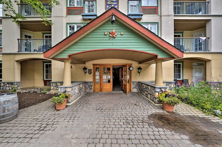 This unit is nestled in the charming Lodge du la Montagne complex.