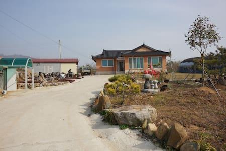 전북 고창군 상하면 선운대로 734-10 (영)토굴된장 발효미소농장