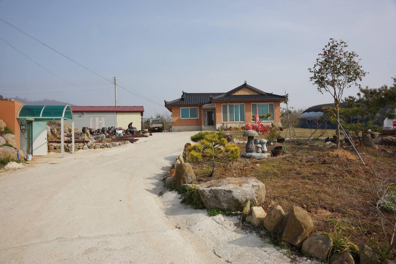 발효미소농장 전경 - 가운데가 본체, 왼쪽은 토굴저온저장고, 오른쪽은 하우스까페