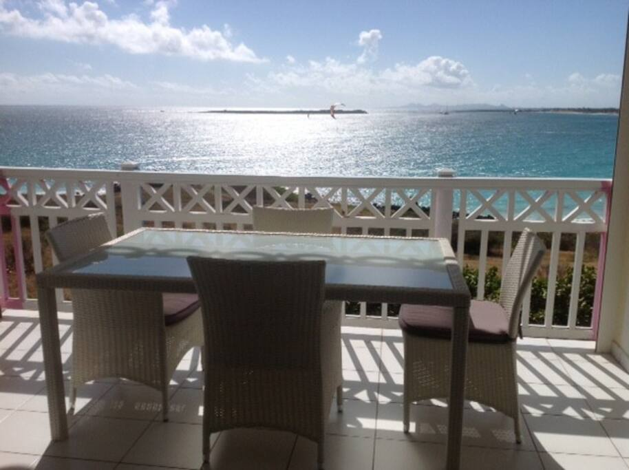 Terrasse avec vue panoramique sur Orient Bay / Terrace with a panoramic view on Orient Bay
