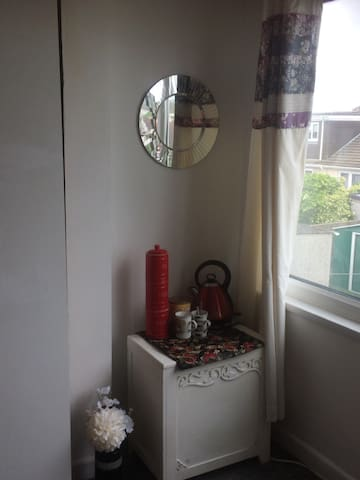 Lovely private room  10 mins walk from Rest Bay