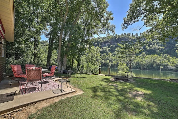 Serene Riverfront Flippin Cabin w/Patio & Fire Pit