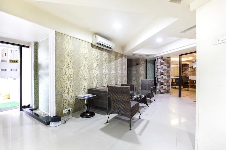 The Heritage with large deluxe room *Near Airport*