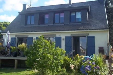 "Chambre ""fleurs"" vue sur jardin Bed and Breakfast - Treffléan"