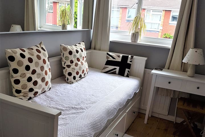 Single bed, cosy own room, Acacia Road Acton