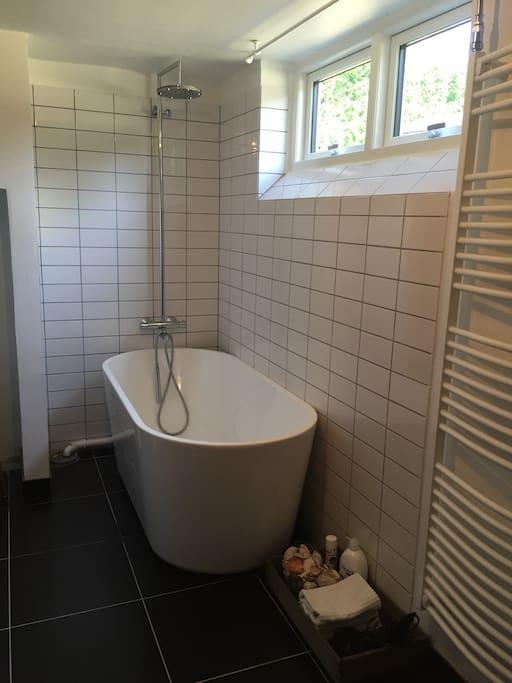 Please enjoy a nice bath in the bahttub