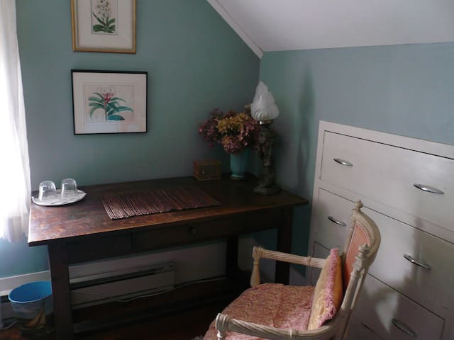 Nuthatch Room - Desk