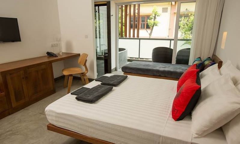 Relaxed poolside twin room in Phnom Penh