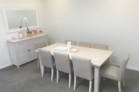 Stylish & Spacious 1B Apartment - Manly Vale