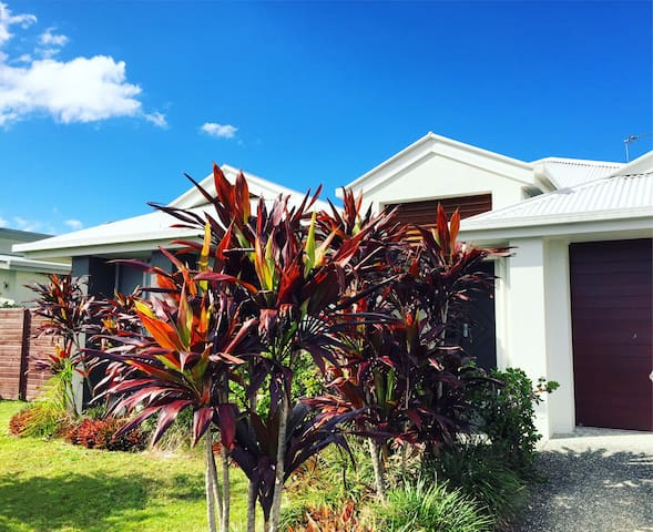 Your own bed, bathroom & wifi. Next to theme parks - Helensvale