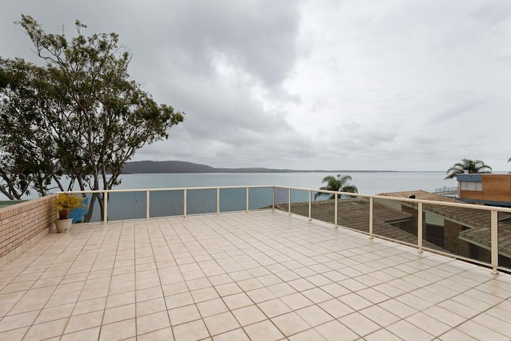 Kooringal, 1/105 Soldiers Point Road - waterfront unit wth aircon