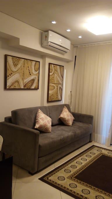 sala com AR e sofá cama