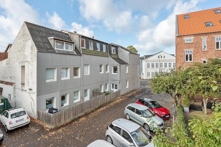 stor og rumlig Lejlighed i centrum af Sønderborg