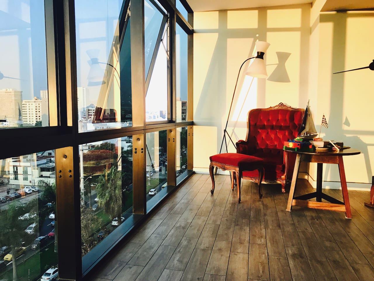 Sillón Rojo en la sala de estar y comedor - gran vista a la ciudad