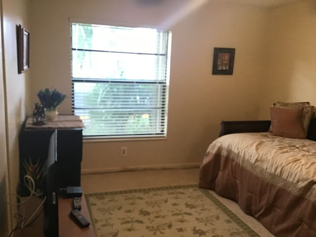 Clean, Quiet Room in Boynton (Park Next Door)