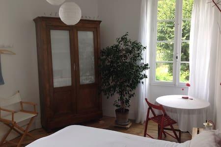 Chambre lumineuse + pt déjeuner/ Cahors centre