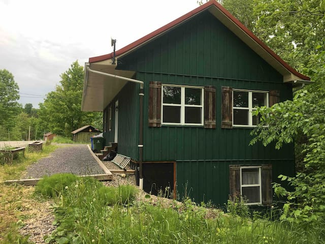 Charming chalet for rent next to Owl's Head SKI