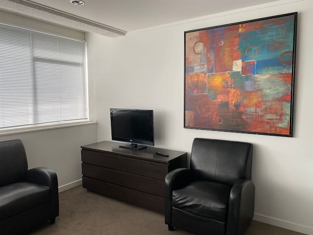 Newmarket Apt 8. Twin single beds  entire studio.