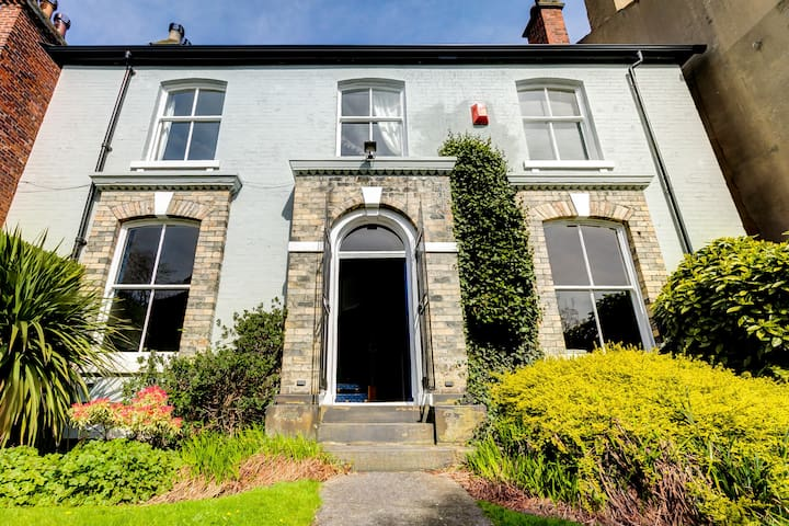 Relaxing, spacious & comfortable, 4bdr home, Leeds