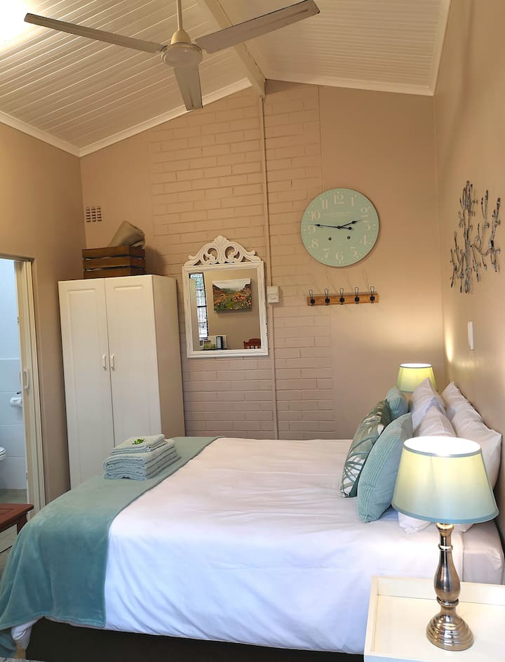 Gecko Hill - cosy, light self catering(Sagewood)