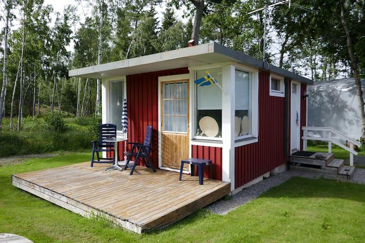 Bekväm stuga i lugn och naturskön miljö