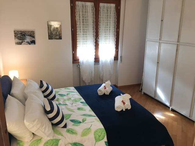La camera matrimoniale. The double -bed room.