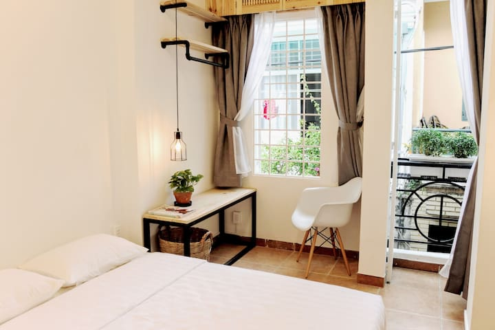 Intimate and private bedroom with sunny balcony - Ciudad de Ho Chi Minh