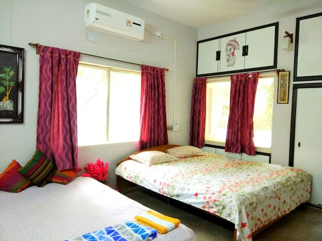 3KM From Airport, 55'' TV, WiFi, Private AC room