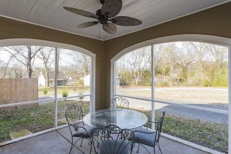 Hwy 12 Lodge ~ Small Town Home once Owned by Randy Travis ~ Screened Porch ~ Near Nature Trails
