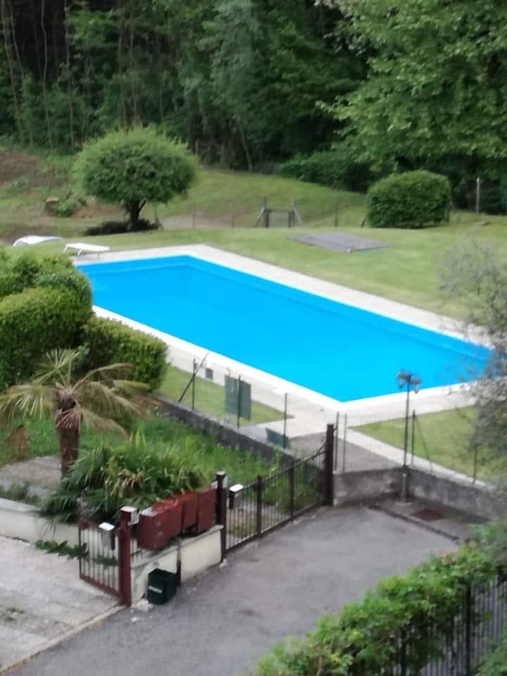 Grosse, familienfreundliche , Wohnung für 8 Personen mit Schwimmbad und 2 Balkone mit Morgen und Abendsonne am Lago di Lugano