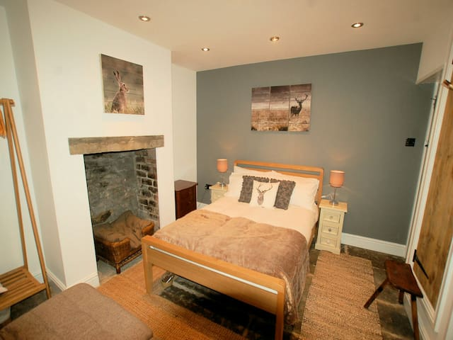 Simon's Cottage, Totley Nr Peak District. Sleeps 6
