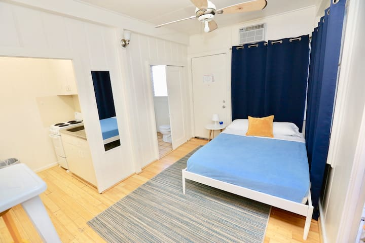 Beachy Waikiki Studio- Unit D - *30 DAY MINIMUM*