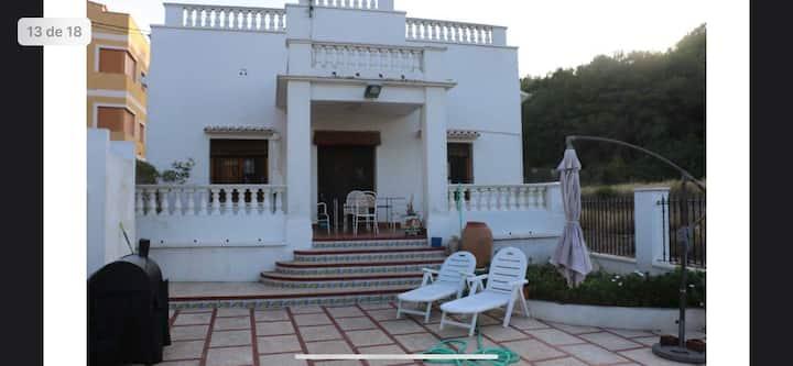 Villa en el pueblo con piscina privada.