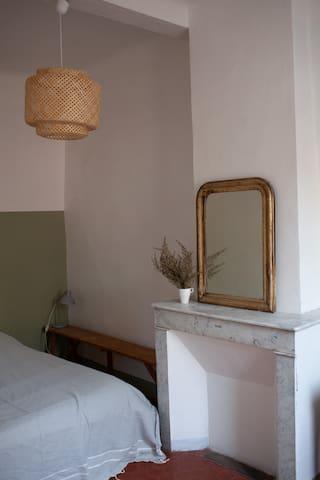 Cheminé ancienne en marbre blanc dans la chambre